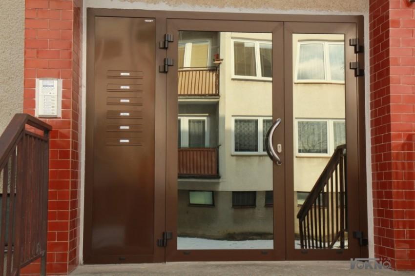 Hliníkové vchodové dveře dvoukřídlové + schránky