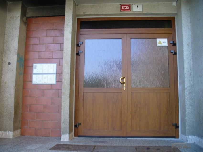 Celohliníkové dveře v dekoru dřeva